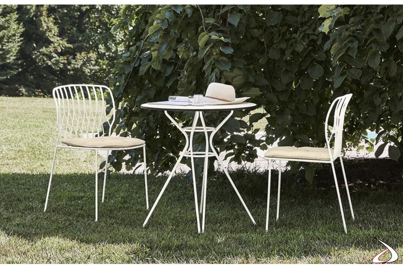Arredamento da giardino con sedie modello Freak e tavolo e cuscini con tessuto outdoor