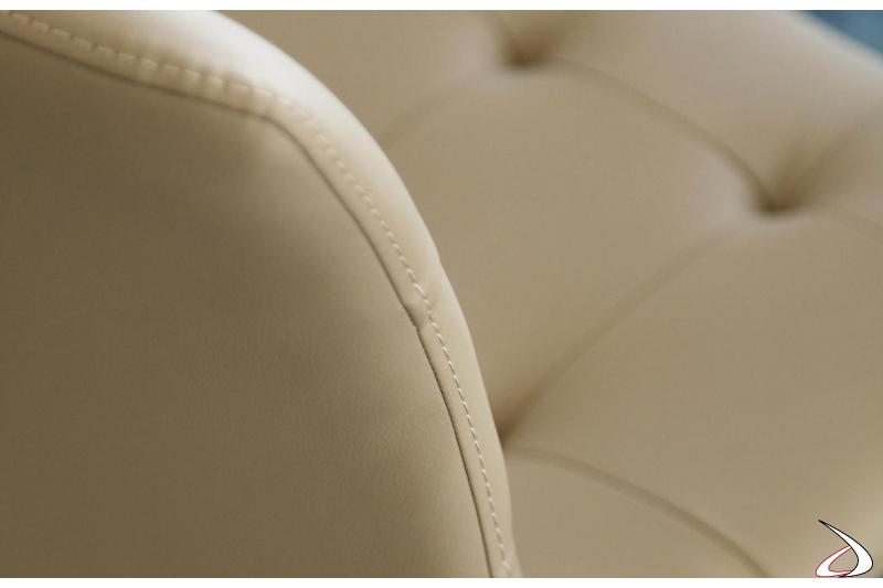 Dettaglio cuciture sedia in pelle