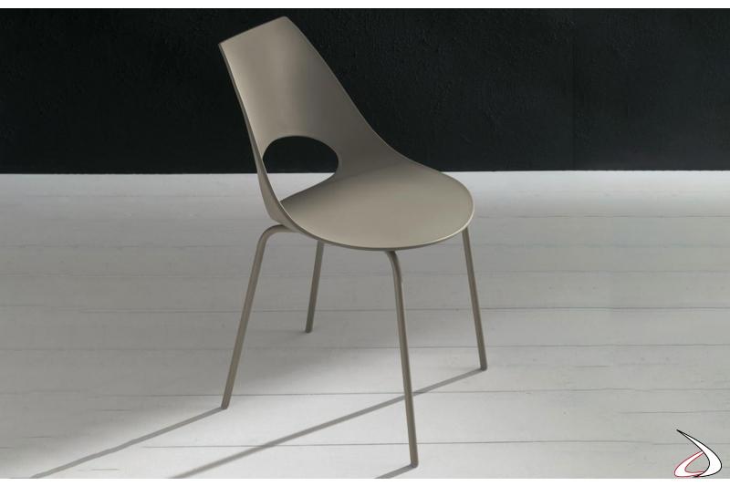 Sedia moderna realizzata in polipropilene su struttura metallica