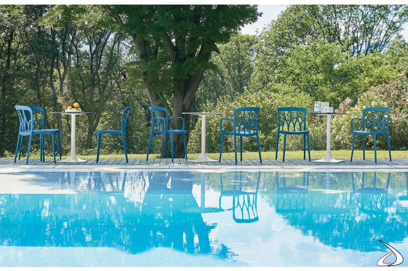 Sedie moderne e colorate, danno un tocco di allegria all'esterno