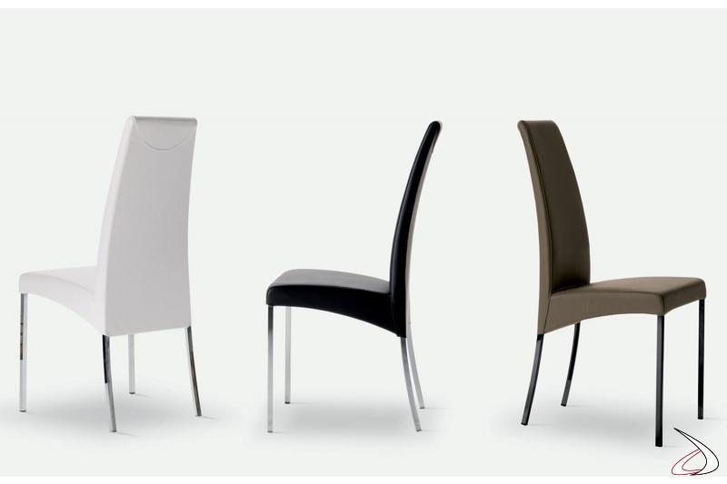 Sedie colorate realizzate in pelle su struttura in acciaio