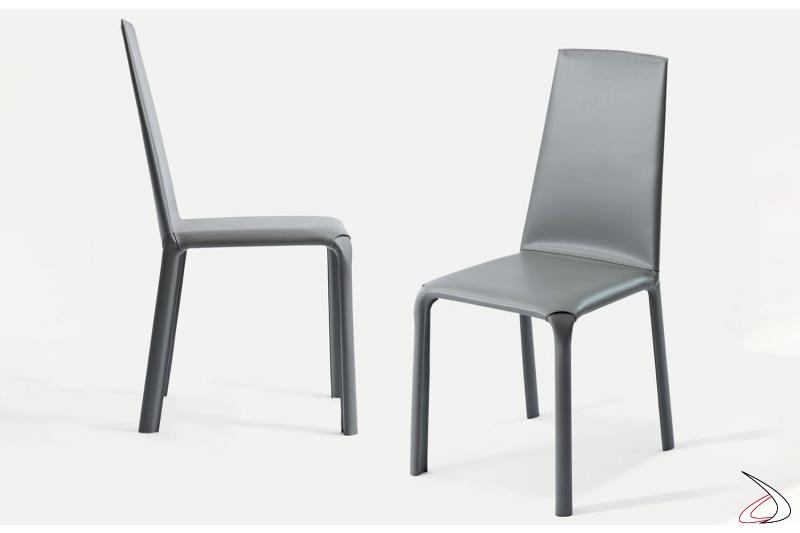 Sedie con schienale alto in cuoio grigio chiaro modello Alice