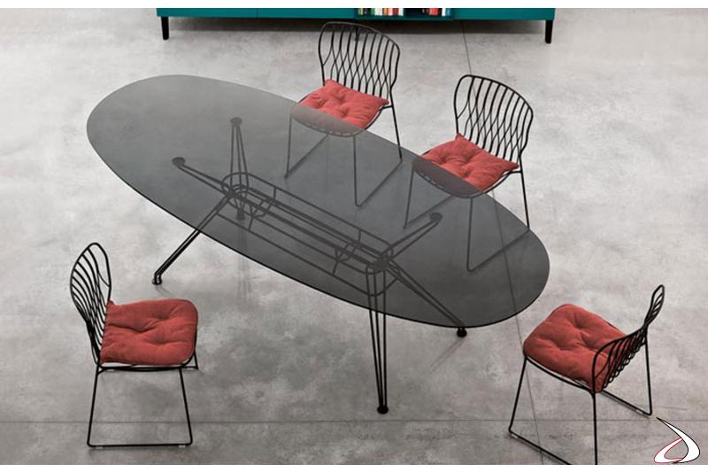Sedie Freak nere con cuscino in tessuto rosso e tavolo Sander con piano fumè