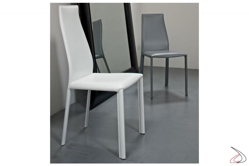 Sedie di colore bianco e grigio chiaro in cuoio modello Dalila