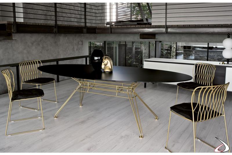 Sedie modello Freak con struttura laccata oro e cuscino di pelle nero