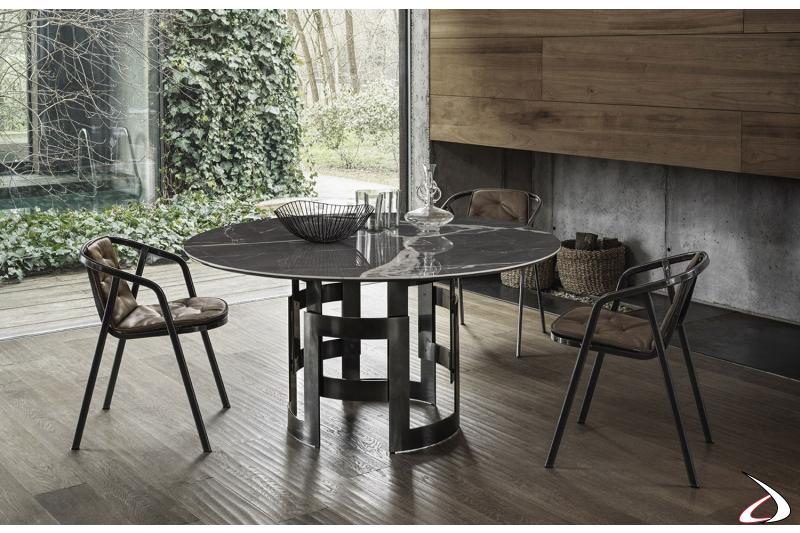 Sedie modello Ines realizzate in acciaio laccato e con possibilità di aggiungere un cuscino che ricopre l'intera seduta