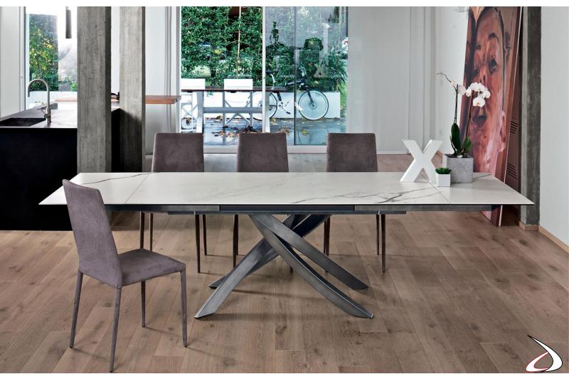 Sedie in elegante velluto color prugna modello Malik con tavolo Artistico