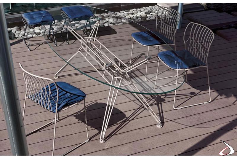 Sedie Freak con telaio bianco e tavolo Sander bianco e piano cristallo extrawhite