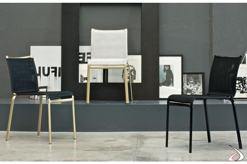 Sedie attuali nei colori bianco e nero con gambe oro o nere