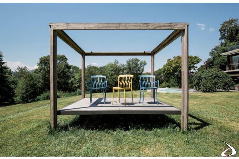 Sedie colorate da mettere su una veranda per una merenda in compagnia