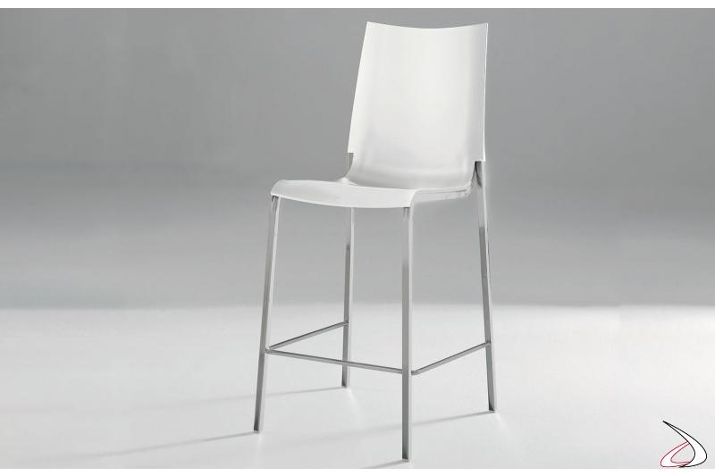 Sgabello modello Eva prodotto da Bontempi con seduta bianca e struttura acciaio cromato