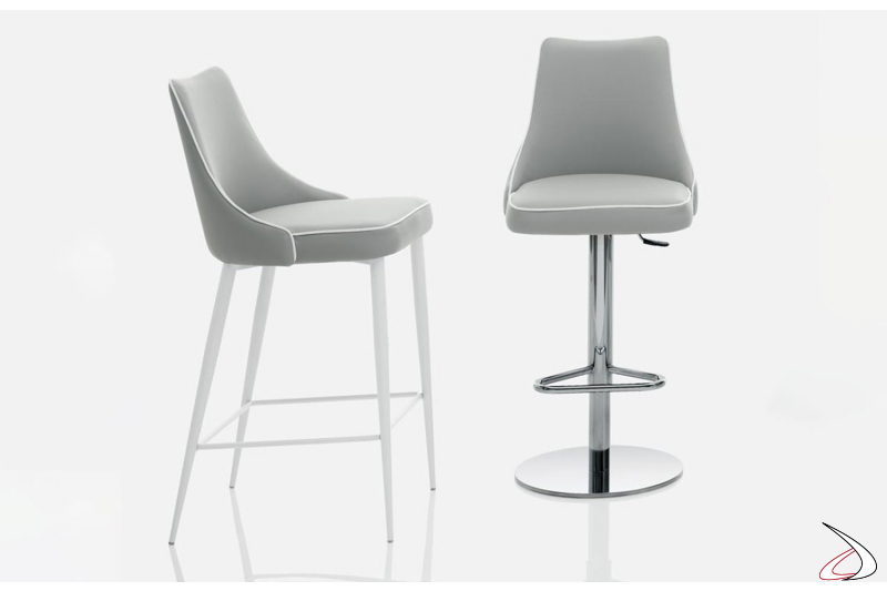 Sgabelli Clara di Bontempi con seduta in ecopelle grigio chiaro e bordino bianco.