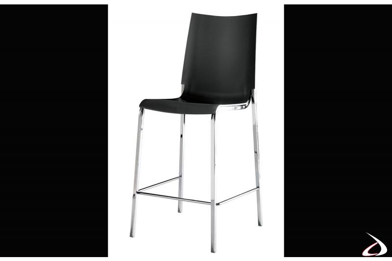 Sgabello con seduta in polipropilene nero e struttura in acciaio cromato lucido