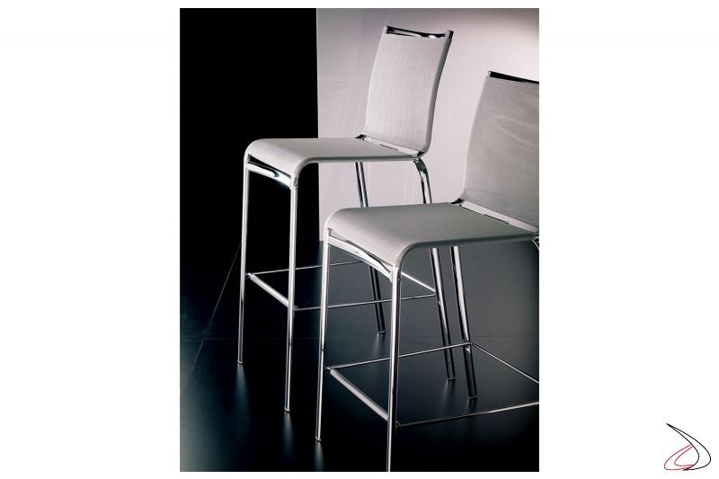 Sgabelli con struttura in acciaio cromato e seduta in texplast di colore bianco