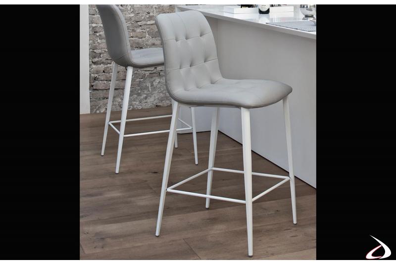 Sgabelli con struttura in acciaio laccata bianca e seduta imbottita in pelle ecologica grigio chiaro modello Kuga