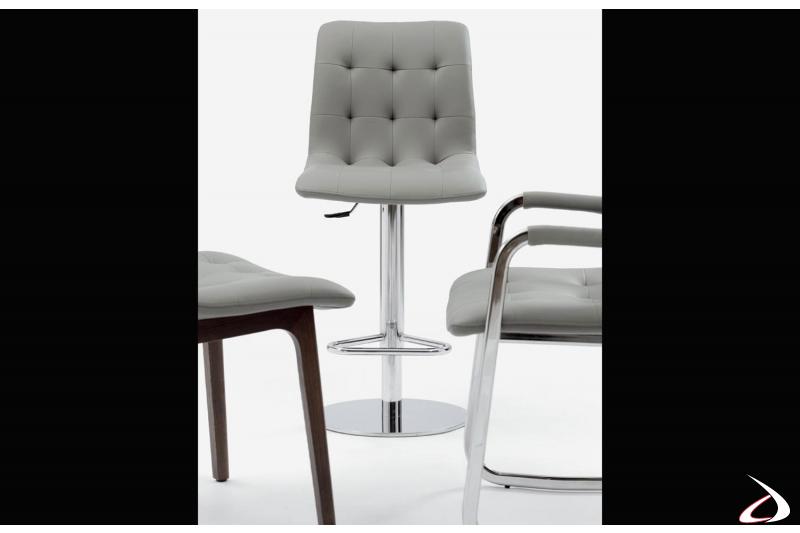 Sgabello moderno con struttura in acciaio cromata e seduta in ecopelle grigio chiaro modello Kuga