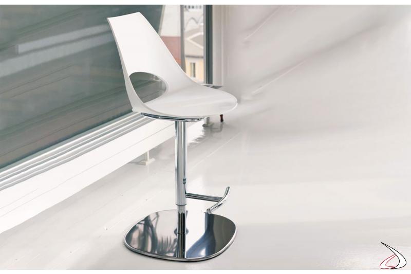 Sgabello moderno regolabile in altezza con seduta in polipropilene bianco modello Shark