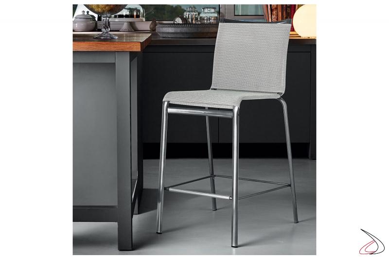Sgabello modello Net, con seduta di colore bianco e struttura in acciaio laccata cromo