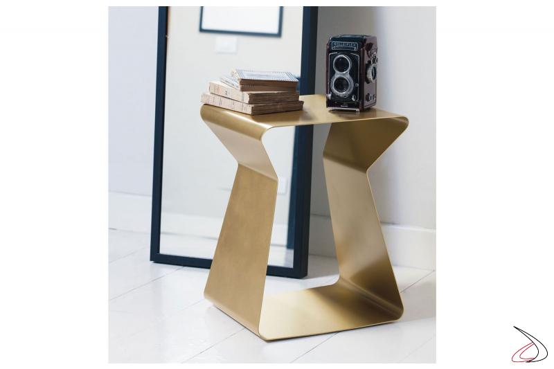 Tavolino da salotto sagomato in acciaio colorato
