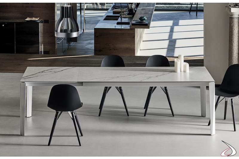 Tavolo moderno allungabile da soggiorno con piano in supermarmo bianco statuario