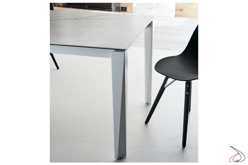 Tavolo di design bianco allungabile con piano in supermarmo bianco statuario