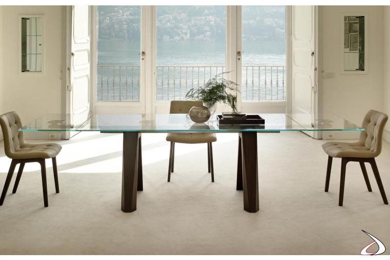 Tavolo da soggiorno con piano in vetro e gambe in legno