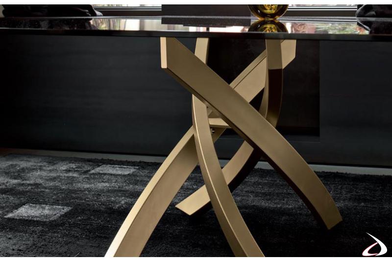 Tavolo di design con basamento intrecciato color oro