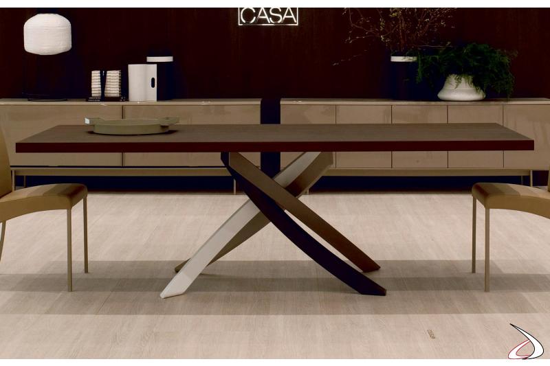 Tavolo in legno da soggiorno con basamento colorato