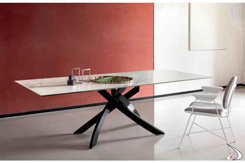 Tavolo di design con basamento nero lucido e piano in supermarmo Onice perla
