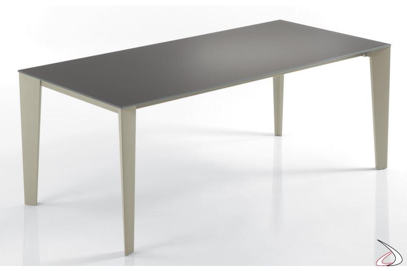 Tavolo moderno da soggiorno con struttura in metallo