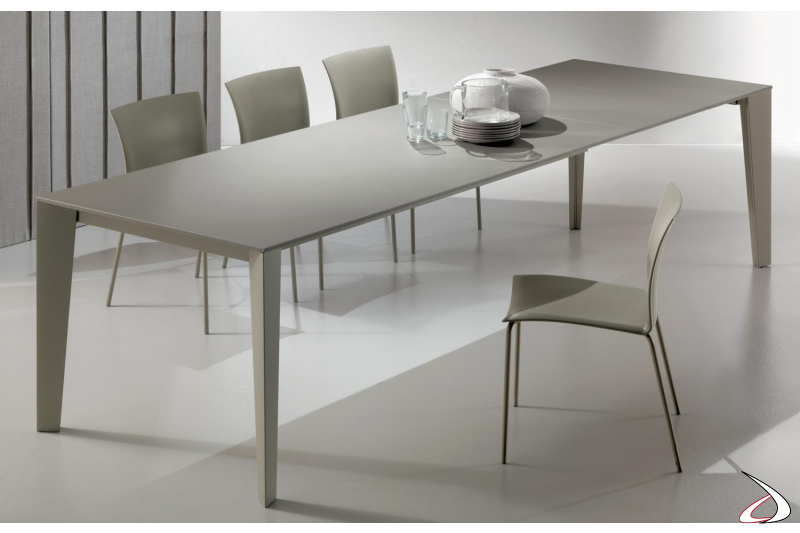 Tavolo moderno da soggiorno con piano in cristallo