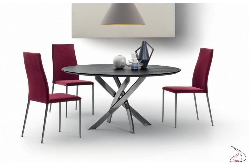 Tavolo soggiorno rotondo con basamento intrecciato in argento naturale e piano in legno