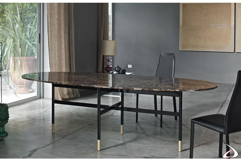 Tavolo elegante ovale con piano in marmo e piedini colorati