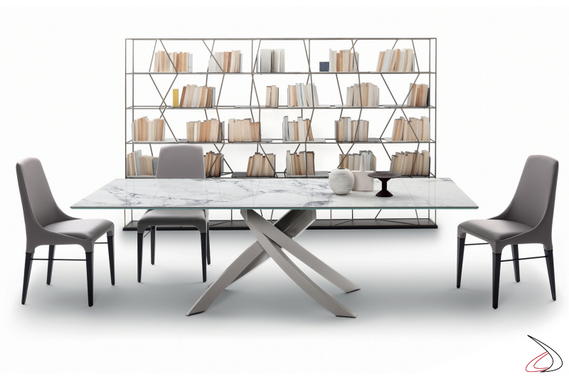 Tavolo moderno con basamento grigio chiaro con piano in supermarmo bianco statuario