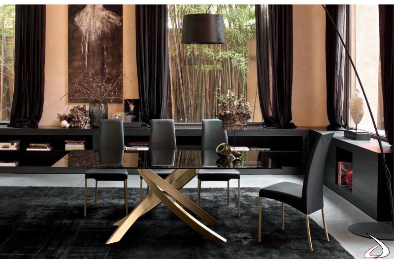 Tavolo soggiorno con basamento oro e piano in vetro fumè
