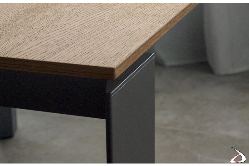 Tavolo moderno allungabile con piano in legno e gambe in acciaio