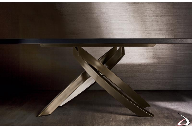 Tavolo soggiorno di lusso con basamento intrecciato in ottone scuro