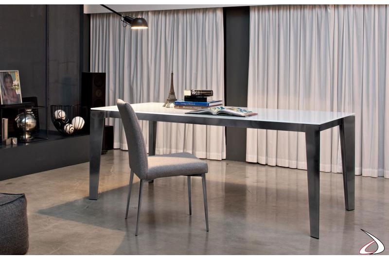 Tavolo design con gambe in argento e piano in cristallo