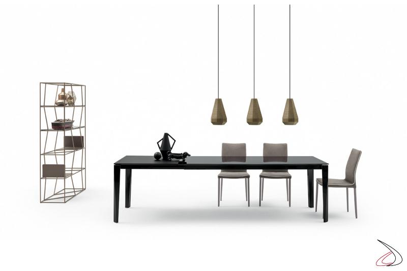 Tavolo design allungabile in cristallo nero lucido con allunga in laccato opaco