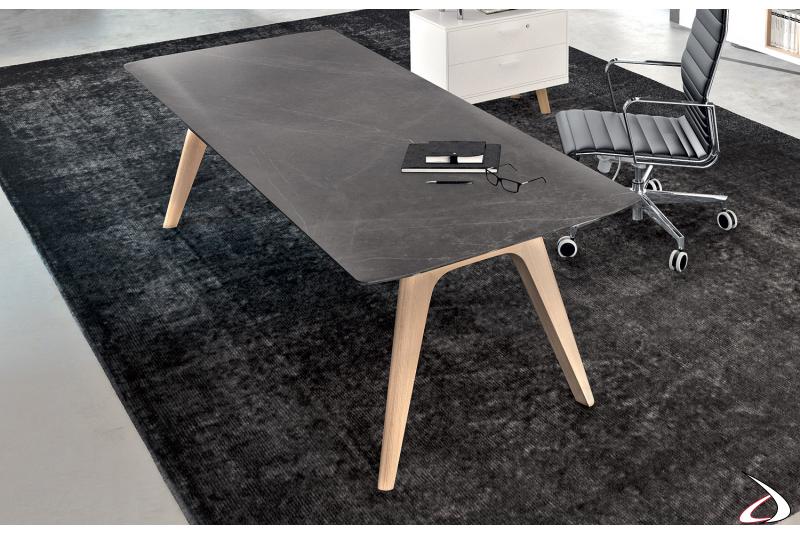 Scrivania ufficio di design con piano in vetro ceramica grigio stone e gambe in legno rovere naturale