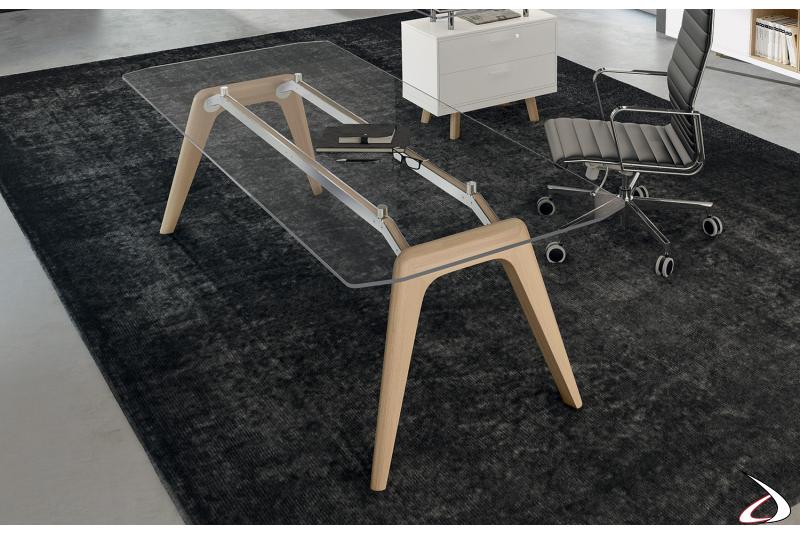 Scrivania ufficio moderna con piano in vetro trasparente e gambe in legno naturale