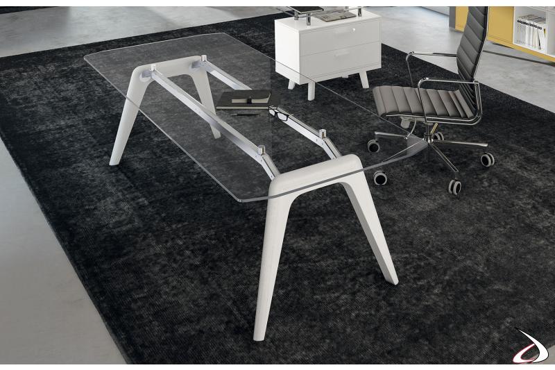 Scrivania di design con gambe in legno rovere bianco e piano in vetro trasparente