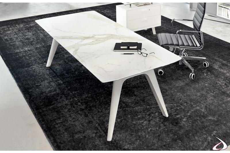 Scrivania design da ufficio con piano in vetroceramica bianco calacatta