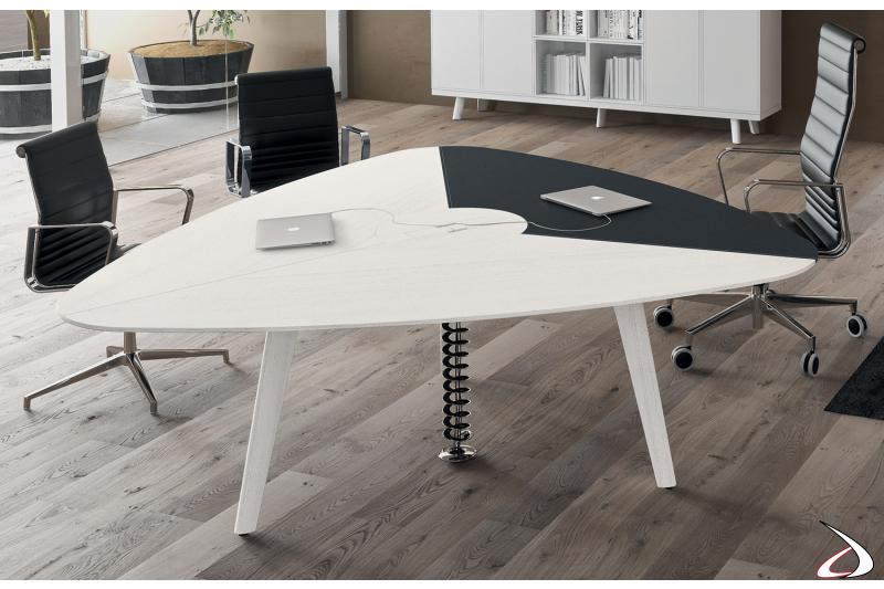 Tavolo riunioni triangolare di design in legno rovere bianco con piano in ecopelle