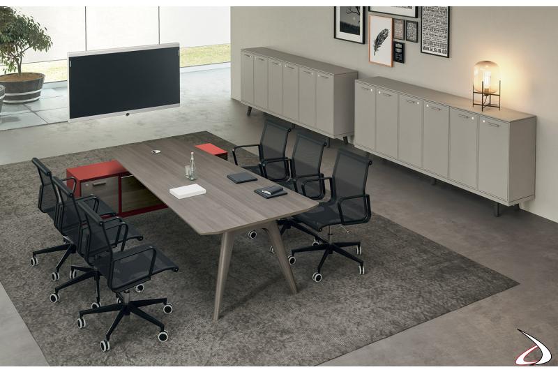 Area meeting con tavolo sagomato, mobile di servizio e televisione appesa