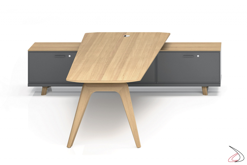 Scrivania sagomata per meeting in legno con mobile di servizio con ante a ribalta con serratura
