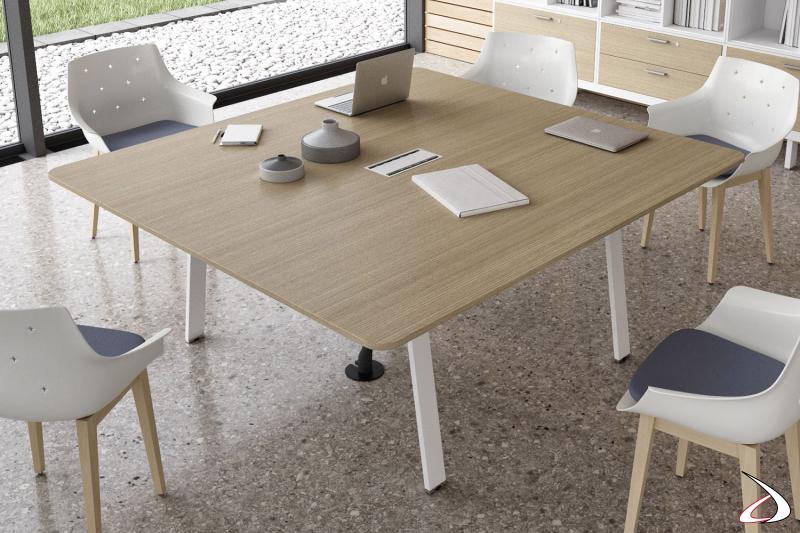 Tavolo quadrato per riunioni da ufficio con gambe in acciaio bianche