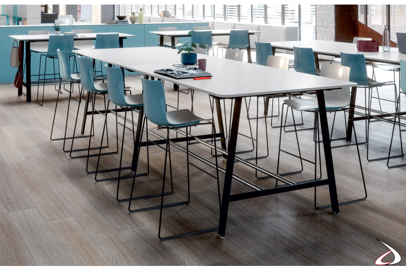 Tavolo alto ufficio di design per conferenza con gambe in metallo