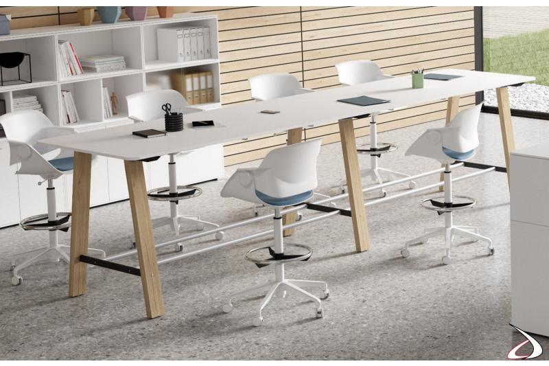 Scrivania alta da ufficio moderna con gambe in legno e tubo poggiapiedi