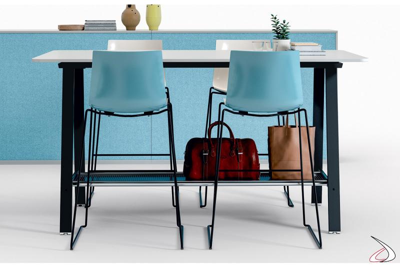 Tavolo alto da ufficio per meeting con gambe in metallo e pianale poggia borse